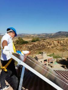 Operador instalando paneles en vivienda aislada