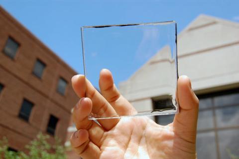 celula solar transparente sostenida en una mano
